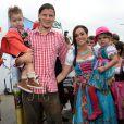 Daniel van Buyten et sa fiancée Céline et leurs enfants Lou-Ann et Lee-Royà l'Oktoberfest à Munich le 6 octobre 2013.
