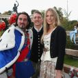 Bastian Schweinsteiger avec Sarah Brandner et un sosie de l'ex-roi de Bavière Louis IIà l'Oktoberfest à Munich le 6 octobre 2013.