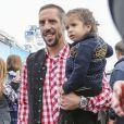 FranckRibéry du Bayern Munich avec son fils Seïf el Islam à l'Oktoberfest à Munich le 6 octobre 2013.
