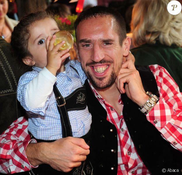 Franck Ribéry avec son filsSeïf el Islamà l'Oktoberfest à Munich le 6 octobre 2013.