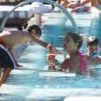 Sylvie van der Vaart et son fils Damiandans une piscine de Miami, le 10 octobre 2013