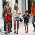 Sylvie van der Vaart, son fils Damian et leur famille sous la pluie de Miami, le 9 octobre 2013