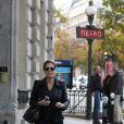 Tom Hanks et sa femme Rita Wilson visitant et faisant du shopping à Paris le 12 octobre 2013 : ils se promènent au niveau du métro Iéna dans le 16e arrondissement