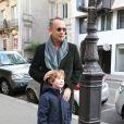 Tom Hanks et sa femme Rita Wilson visitant et faisant du shopping à Paris le 12 octobre 2013 : La star pose avec un petit garçon pour des parents fans