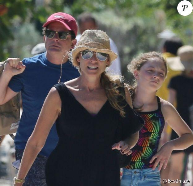 Michael J. Fox se détend sur une plage à Miami avec sa femme Tracy et leurs filles Esme Annabelle et Aquinnah, le 13 octobre 2013.