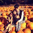 Laeticia Hallyday et ses filles dans un champ de citrouilles près de Temescal Canyon à Los Angeles, le 15 octobre 2013.