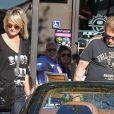 Johnny Hallyday, sa femme Laeticia et ses filles Jade et Joy font du shopping à Malibu, le 28 septembre 2013.