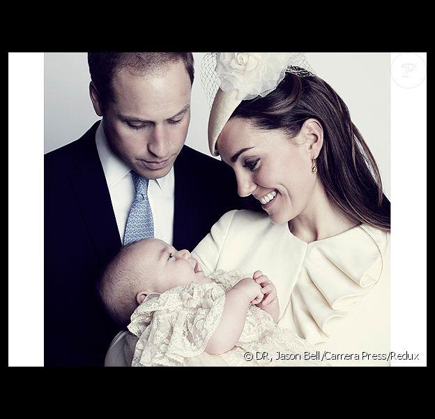 George tout sourire dans les bras de sa maman, sous le regard de William.