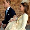 Le prince George de Cambridge, William, duc de Cambridge, et Kate Middleton, duchesse de Cambridge lors du baptême de leur fils en la chapelle royale du palais St James à Londres, le 23 octobre 2013.