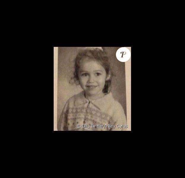 Miley Cyrus a posté une photo d'elle à l'école primaire sur son profil Twitter, le 28 octobre 2013.