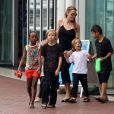 Angelina Jolie emmène ses enfants Shiloh, Maddox, Pax, Zahara, Vivienne et Knox visiter l'aquarium de Sydney en Australie le 6 septembre 2013.