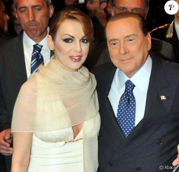 Silvio Berlusconi et Francesca Pascale en avril 2013. La jeune femme et Il Cavaliere, que 49 années séparent, se seraient symboliquement mariés déébut octobre 2013.