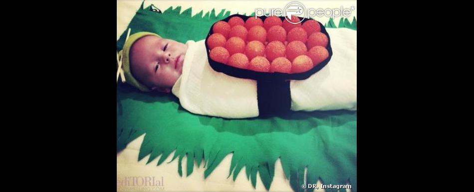 Finn, le petit dernier de Tori Spelling déguisé en sushi pour Halloween 2013