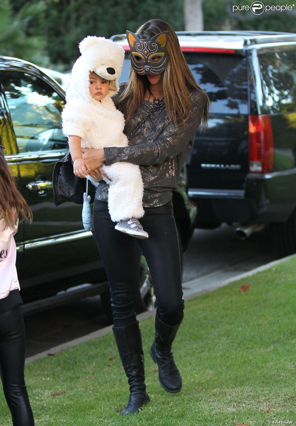Alessandra ambrosio halloween en famille avec noah et anja - Halloween en famille ...