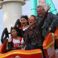 Fabrice, mari d'Anne Marcassus, et leur fille Giulia ont embarqué avec Laeticia et Jade. Johnny Hallyday et sa femme Laeticia se sont éclatés avec leurs filles Jade et Joy au parc d'attractions  Knott's Berry Farm  situé à Buena Park, dans la banlieue de Los Angeles, le 25 octobre 2013.