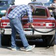 Ben Affleck met de l'essence dans sa superbe Chevrolet, avant d'aller chercher sa fille Violet à Los Angeles le 3 novembre 2013.