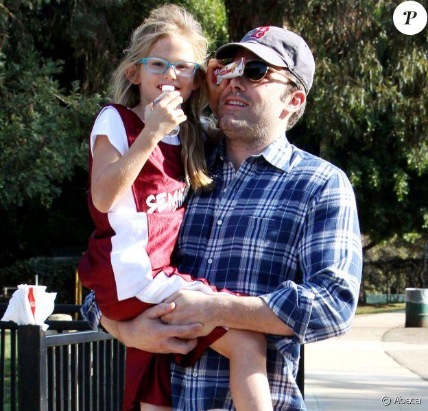 Ben Affleck très complice avec sa fille Violet après un cours de basketball à Brentwood, Los Angeles, le 3 novembre 2013.