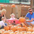 Tori Spelling et son mari Dean McDermott emmènent leurs enfants Liam, Stella, Hattie et Finn à la ferme aux citrouilles à Woodland Hills, le 13 octobre 2013.