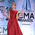 Taylor Swift pose avec ses trophées aux 47e CMA Awards à Nashville, le 6 novembre 2013.