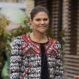 La princesse Victoria affirme son style immpeccable en Isable Marant pour H&M. Accompagnée de son époux le prince Daniel de Suède, elle a visité des logements créés par la compagnie suedoise Skanska à Cambridge. Le 8 novembre 2013