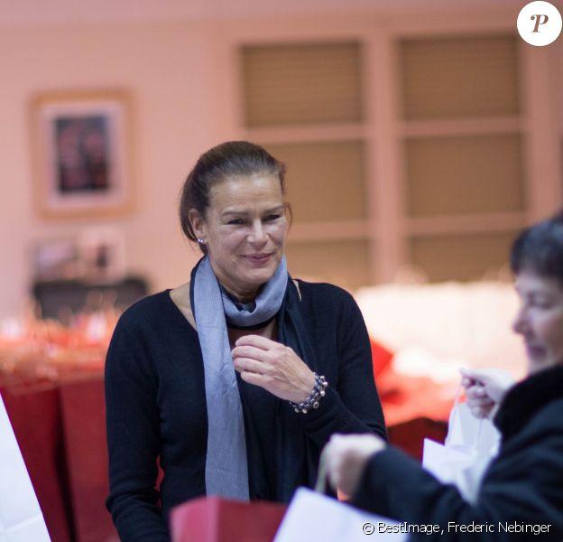 La princesse Stéphanie de Monaco remet des cadeaux au foyer des retraités de Monaco, à Monaco, le 18 Novembre 2013.