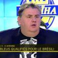 Pierre Ménès prend la défense de Pascal Praud, vilipendé sur internet après avoir critiqué l'équipe de France, le 19 novembre 2013 sur i-TELE après la victoire des Bleus face à l'Ukraine
