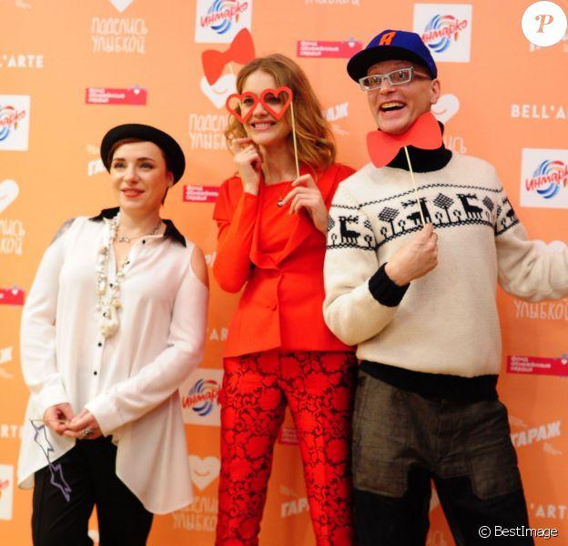 Natalia Vodianova, enceinte, présente au coté de Tutta Larsen (à gauche) et Andrei Bartenev, son projet caritatif Give a Smile au Garage Centre for Contemporary Culture. Moscou, le 20 novembre 2013.