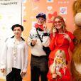 Natalia Vodianova, enceinte, présente au coté de Tutta Larsen, Andrei Bartenev et un gros nounours, son projet caritatif Give a Smile au Garage Centre for Contemporary Culture. Moscou, le 20 novembre 2013.