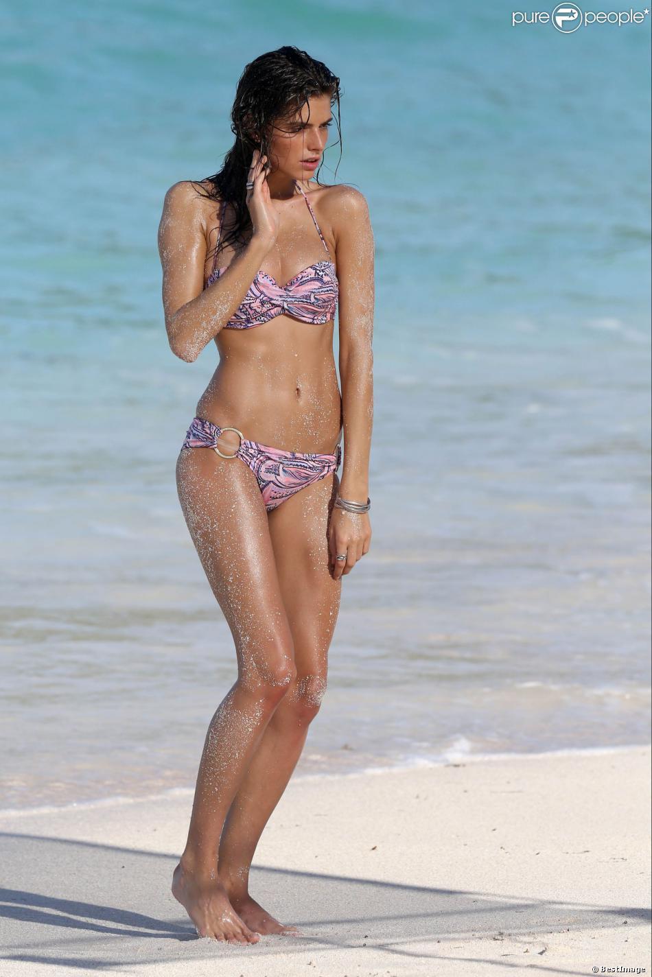 Dasha Malygina en plein shooting pour Victoria's Secret sur une plage de Saint-Barthélemy, le 18 novembre 2013.