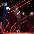 Marc Jolivet aux pieds de sa reine Liane Foly, Grand Prix de l'humour, lors de la cérémonie des Grands Prix Sacem 2013, le 25 novembre 2013 à l'Olympia de Paris.