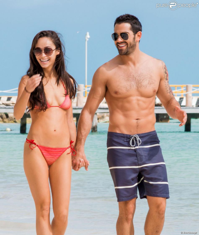 Exclusif - Jesse Metcalfe et sa fiancée Cara Santana se détendent à Cancun, le 29 novembre 2013.