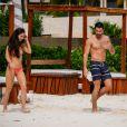 Exclusif - Jesse Metcalfe et sa fiancée Cara Santana se détendent sur une plage lors de leurs vacances à Cancun, le 29 novembre 2013.