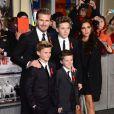 """David Beckham et son épouse Victoria accompagnés de leurs fils Brooklyn, Romeo et Cruz arrivent à la première du documentaire """"The Class of 92"""" à Londres. Le 1er décembre 2013"""