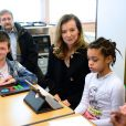 Valérie Trierweiler et le ministre de l'Education nationale Vincent Peillon en visite dans une classe d'inclusion scolaire à Créteil, le 2 décembre 2013.