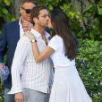 Gerard Butler embrassé par une mystérieuse inconnue au bord de la piscine de son hôtel à Miami, le 3 décembre 2013.