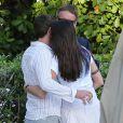 Gerard Butler très proche et complice d'une mystérieuse inconnue au bord de la piscine de son hôtel à Miami, le 3 décembre 2013.