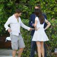 Gerard Butler, détendu avec des amis, se montre très proche et complice d'une mystérieuse inconnue au bord de la piscine de son hôtel à Miami, le 3 décembre 2013.