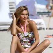 Jessica Hart : En maillot sur le sable chaud, l'Ange Victoria's Secret rayonne