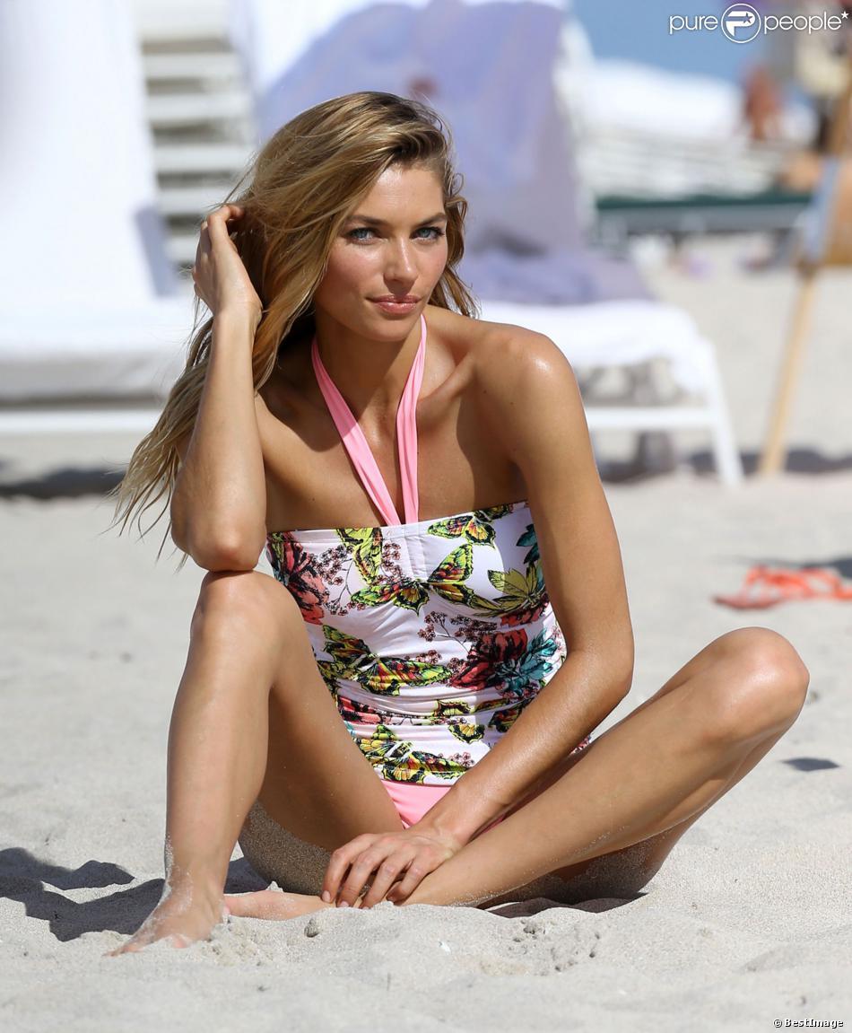 Le sexy Jessica Hart en plein shooting sur une plage à Miami. Le 5 décembre 2013.
