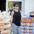 Halle Berry dans les rues de West Hollywood. La jeune maman semble avoir retrouvé sa ligne, le 12 décembre 2013.
