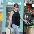 Halle Berry fait du shopping dans les rues de West Hollywood. La jeune maman semble avoir retrouvé sa ligne, le 12 décembre 2013.