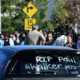 Des anonymes et fans rendent hommage à Paul Walker près des lieux du drame à Valencia, Los Angeles, le 8 décembre 2013.