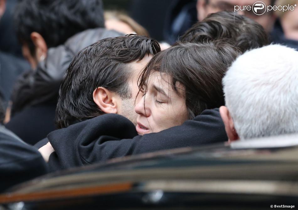Charlotte Gainsbourg réconfortée à la sortie de l'église Saint-Roch, après les obsèques de Kate Barry le 19 decembre 2013