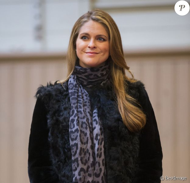 La princesse Madeleine de Suède, enceinte de six mois, aux Ecuries royales à Stockholm le 19 décembre 2013 pour la remise d'une bourse de la Fédération équestre suédoise.