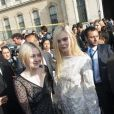 Dakota Fanning et sa soeur Elle Fanning lors du défilé Louis Vuitton à Paris le 2 octobre 2013