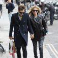 Jamie Hince et Kate Moss, stylée dans un jean étoilé Current/Elliott et des bottines Isabel Marant, font du shopping à Londres. Le 12 octobre 2013.