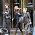 Jamie Hince et Kate Moss, toujours ultrachic avec un sac Hermès au bras et des bottines Azzedine Alaïa, quittent le restaurant Wolseley à Londres. Le 16 mai 2013.