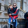 Miranda Kerr, sublime dans son perfecto Acne, quitte son domicile avec son fils Flynn. New York, le 16 novembre 2013.