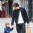 Flynn et son père Orlando Bloom, habillé d'une veste à zip asymétrique Thamanyah et de baskets Rick Owens, se promènent à New York. Le 1er décembre 2013.