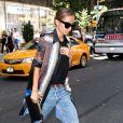 Nicole Richie, habillée de lunettes House of Harlow 1960, d'une chemise Givenchy portée sur un top noir et un jean boyfriend, d'une pochette et de souliers signés Saint Laurent à New York. Le 4 septembre 2013.